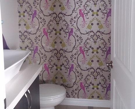 Papier peint coup de coeur dans la salle d'eau en entrant.
